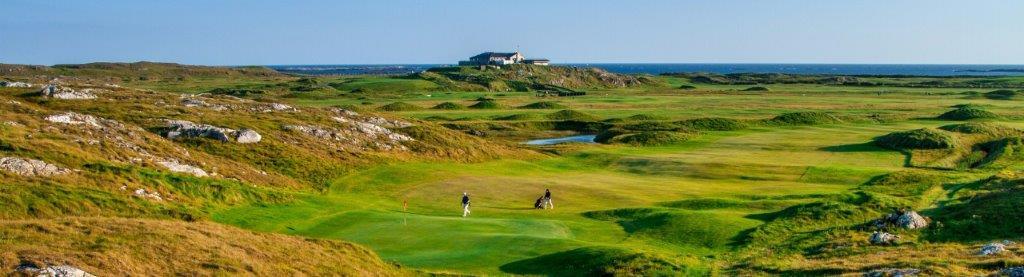 Golfistas en el campo de golf de Connemara en Irlanda