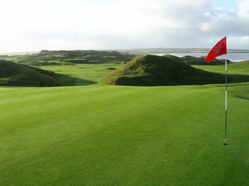 Green en el campo de golf de Ballybunion (Old) en Irlanda
