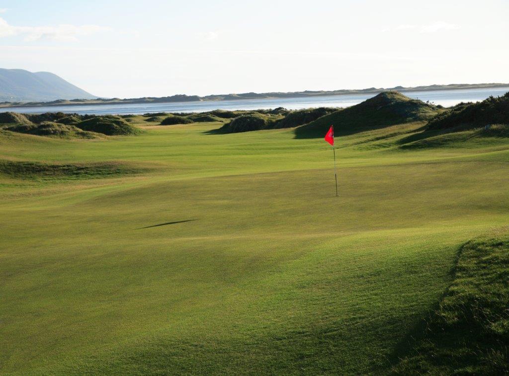 Greeen en el campo de golf de Dooks en Irlanda