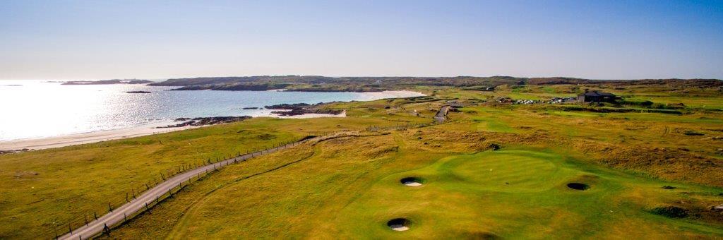 Bunkers en el campo de golf de Connemara en Irlanda