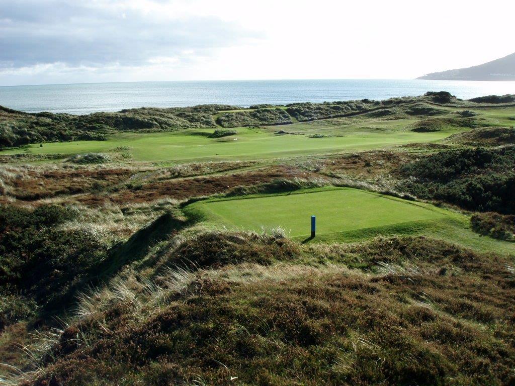 Fairway en el campo de golf de Royal County Down 'Championship'