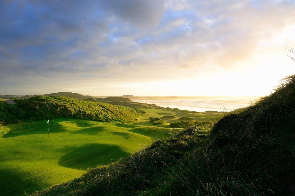 Green en el campo de golf de Doonberg (Trump International) en Irlanda
