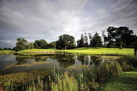 Lago en el campo de golf Palmer K Club en Irlanda
