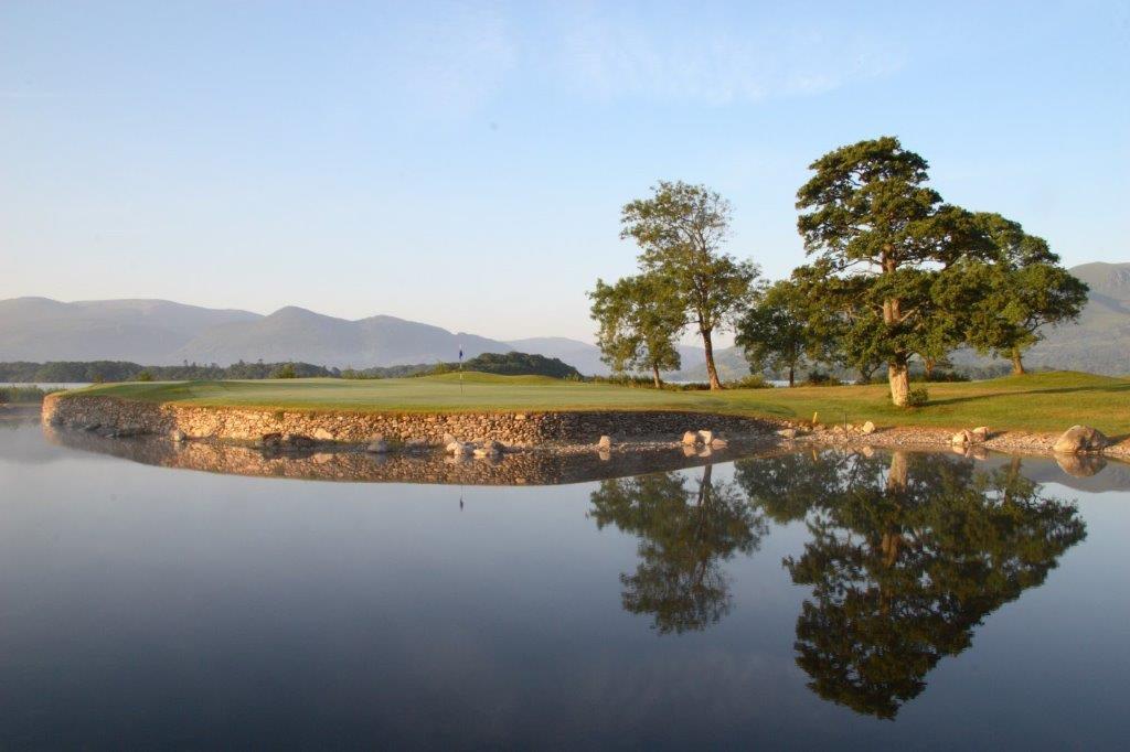 Lago en el campo de golf de Killarney Kileen en Irlanda