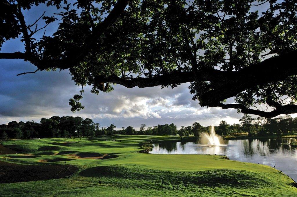 Lago en el campo de golf de K Club (Palmer Ryder Cup) en Irlanda