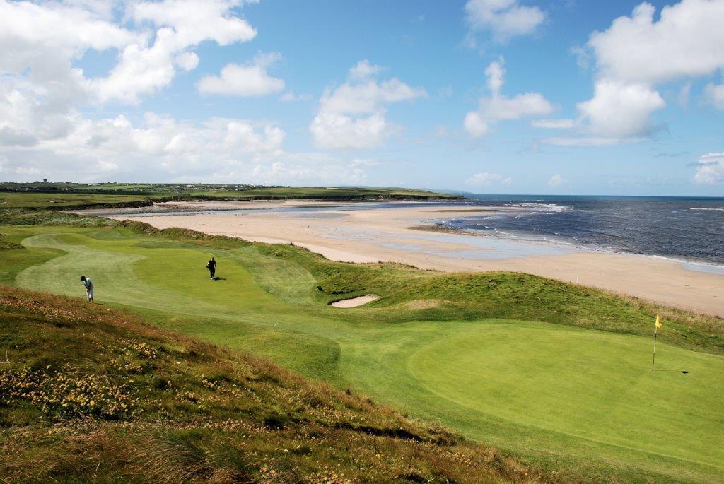 Golfistas en el campo de golf de Ballybunion (Old) en Irlanda