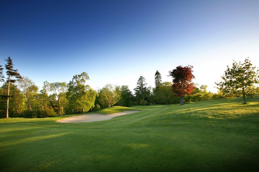 Fairway en el campo de golf de Druids Glen en Irlanda