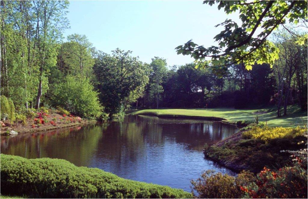 Lago en el campo de golf de Druids Glen en Irlanda