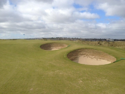Bunkers en el campo de golf de The Island en Irlanda