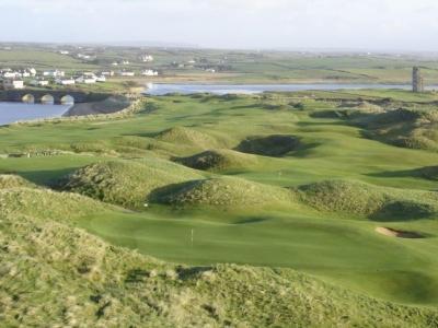 Puente en el campo de golf de Lahinch en Irlanda