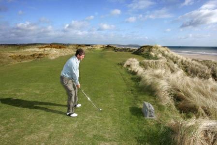 Golfista en el campo de golf de The Heritage en Irlanda