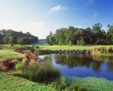 Lago en el campo de golf de Fota Island en Escocia