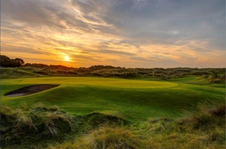 Bunkers en el campo de golf de Pormanock Links en Irlanda