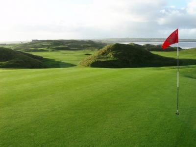 Green en el campo de golf de Ballybunion en Irlanda