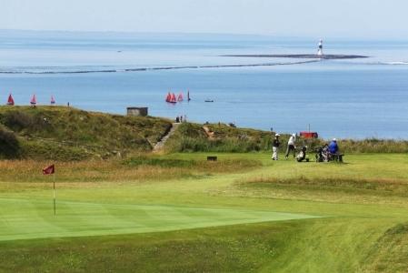 Golfistas en el campo de golf de County Sligo en Irlanda