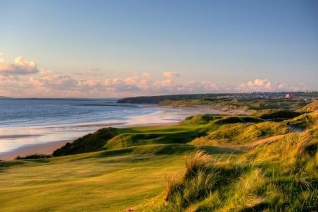 Fairway en el campo de golf de Bally bunion 'Cashen' en Escocia