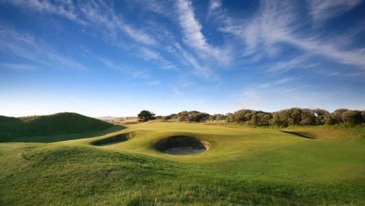 Bunkers en el campo de golf de Portmarnock en Irlanda
