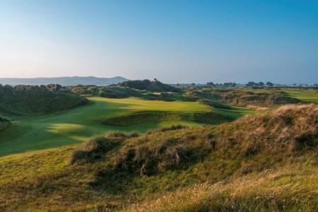Fairway en el campo de golf de Pormanock en Irlanda