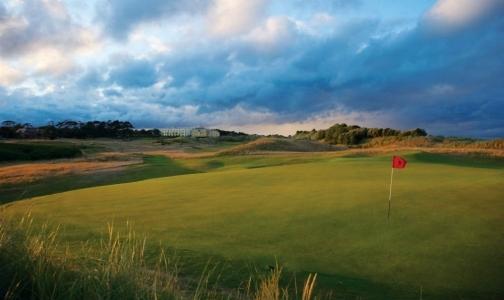 Green en el campo de golf de Portmanock Links en Irlanda