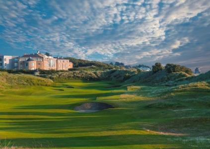 Clubhouse en el campo de golf de Pormanock Links en Irlanda