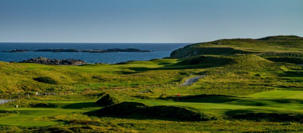 Fairway en el campo de golf de Galway Bay en Irlanda