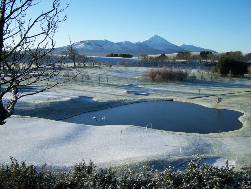 Lago en el campo de golf de Westport en Irlanda